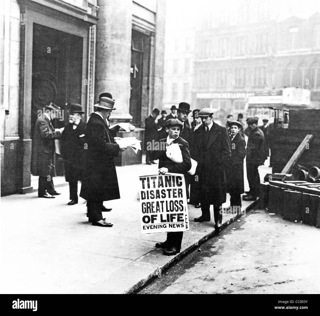 Titanic-Katastrophe Zeitungsjunge, 1912, steht vor dem Sitz der White Star Line in Cockspur Street neben dem Trafalgar Stockbild