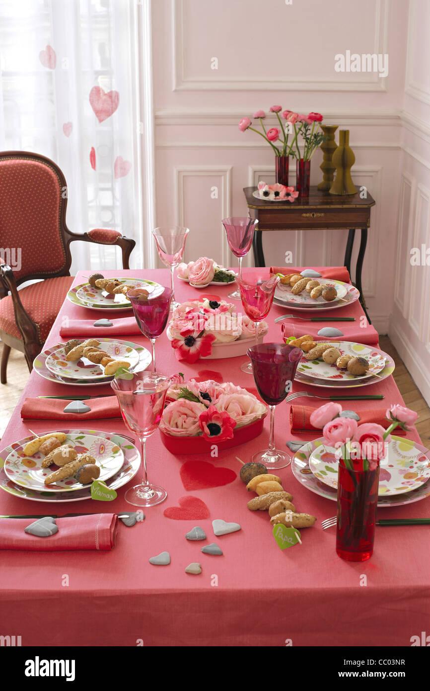 Tabelle mit Gedecke und Essen in Platten Stockbild