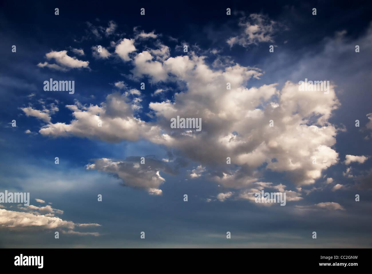 Blauer Himmel und Wolken-Hintergrund Stockbild
