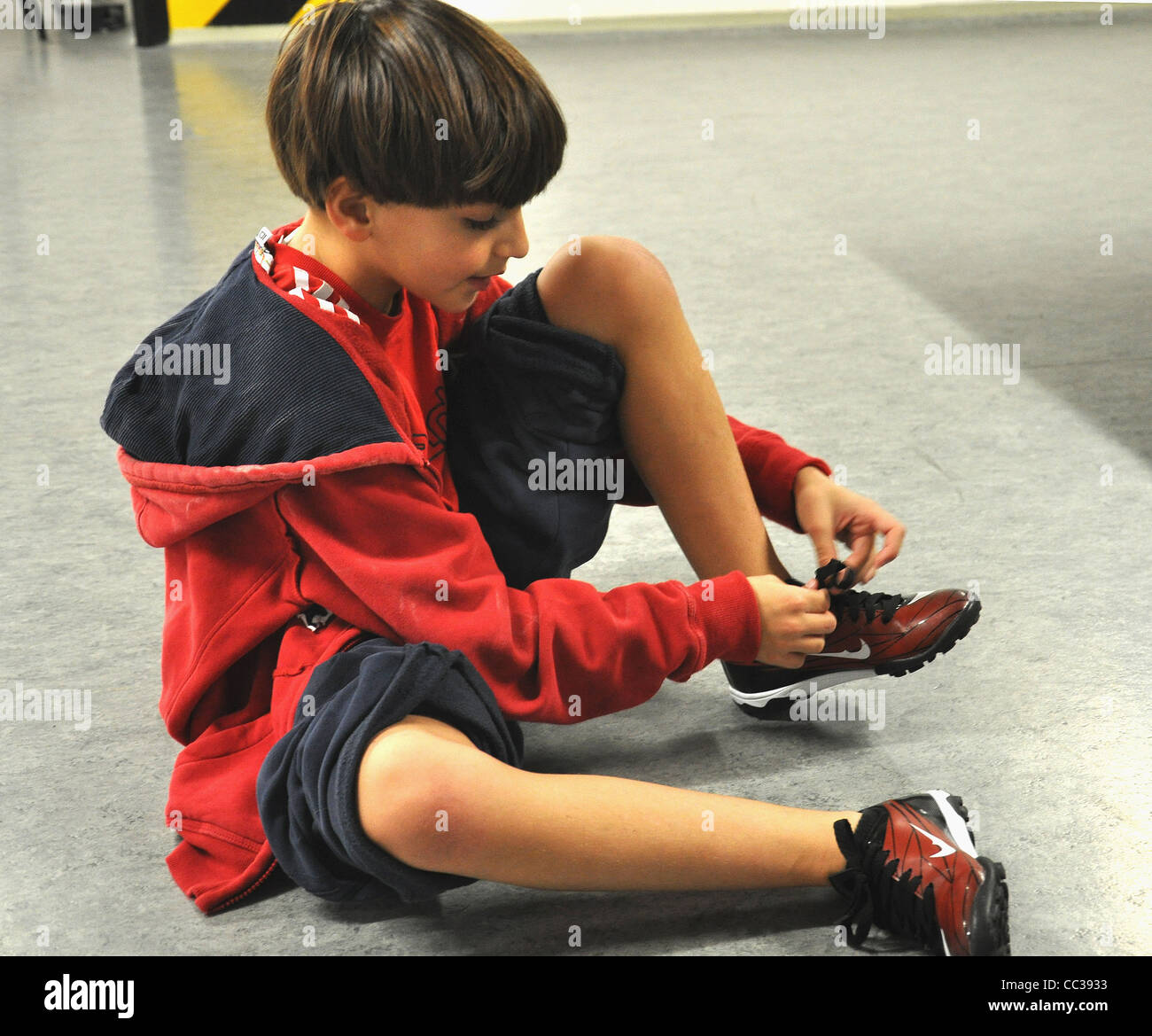 tying shoes and kid stockfotos tying shoes and kid bilder alamy. Black Bedroom Furniture Sets. Home Design Ideas