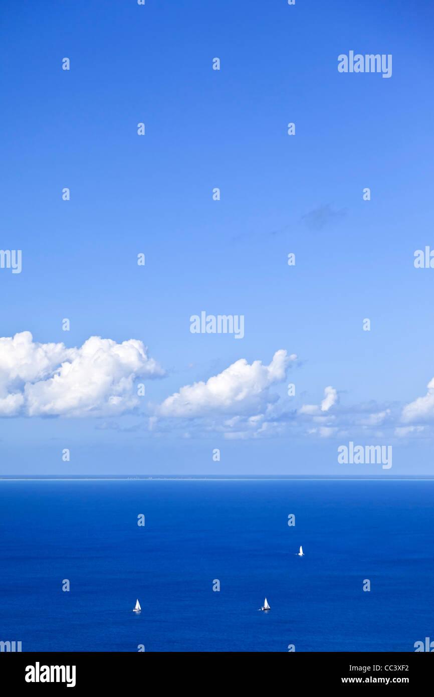 Karibik, Britische Jungferninseln, Virgin Gorda, Gorda Peak National Park, Blick auf Anegada Atoll am Horizont Stockbild