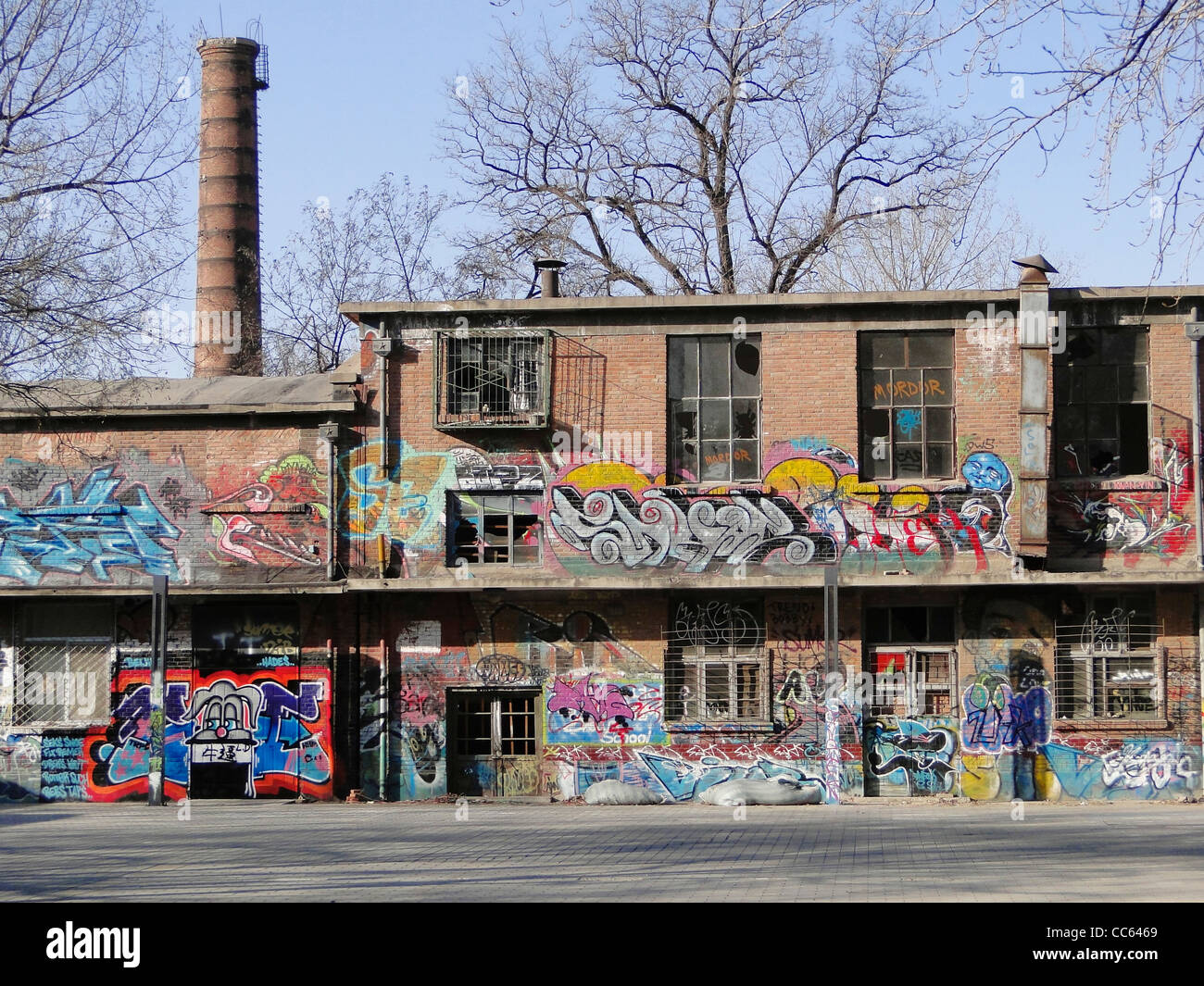 Verlassenen Werkstatt gemalt mit Graffiti, 798 Art Zone, Peking, China Stockbild