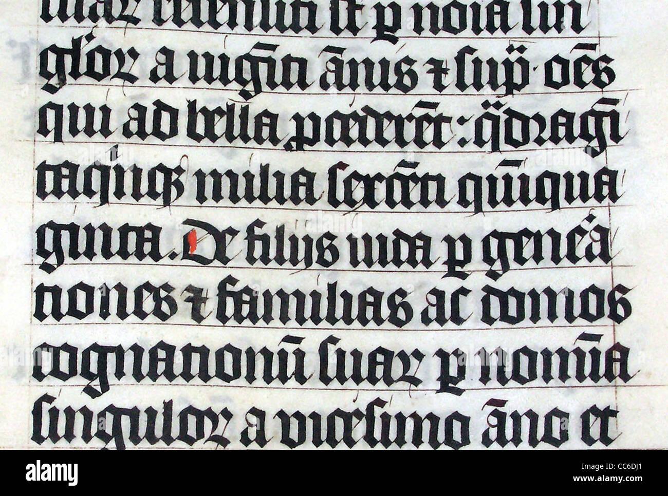 Kalligraphie in eine lateinische Bibel AD 1407 auf dem Display in Malmesbury Abbey Stockbild