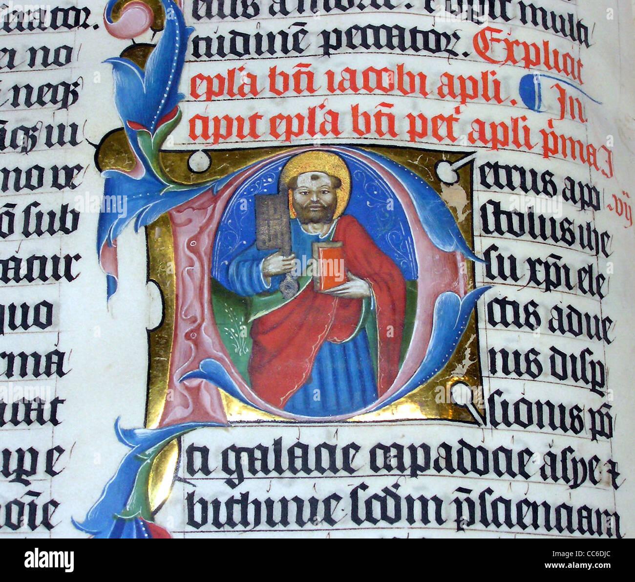 beleuchtete Buchstaben P in der lateinischen Bibel der 1407AD auf dem Display in Malmesbury Abbey, Stockbild