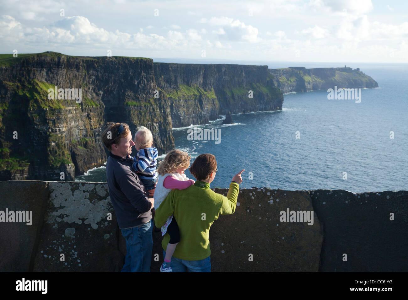 Familie genießen den Blick auf die Cliffs of Moher, Burren, County Clare, Irland. Stockbild