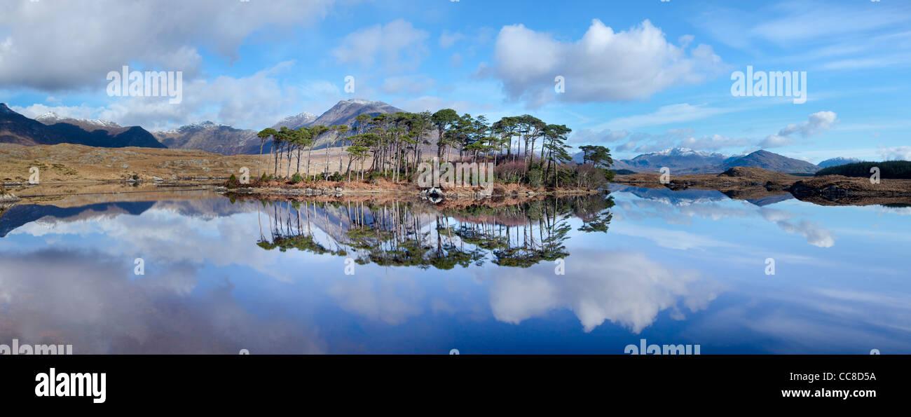 Winter Reflexion der Twelve Bens im Derryclare Lough, Connemara, County Galway, Irland. Stockbild