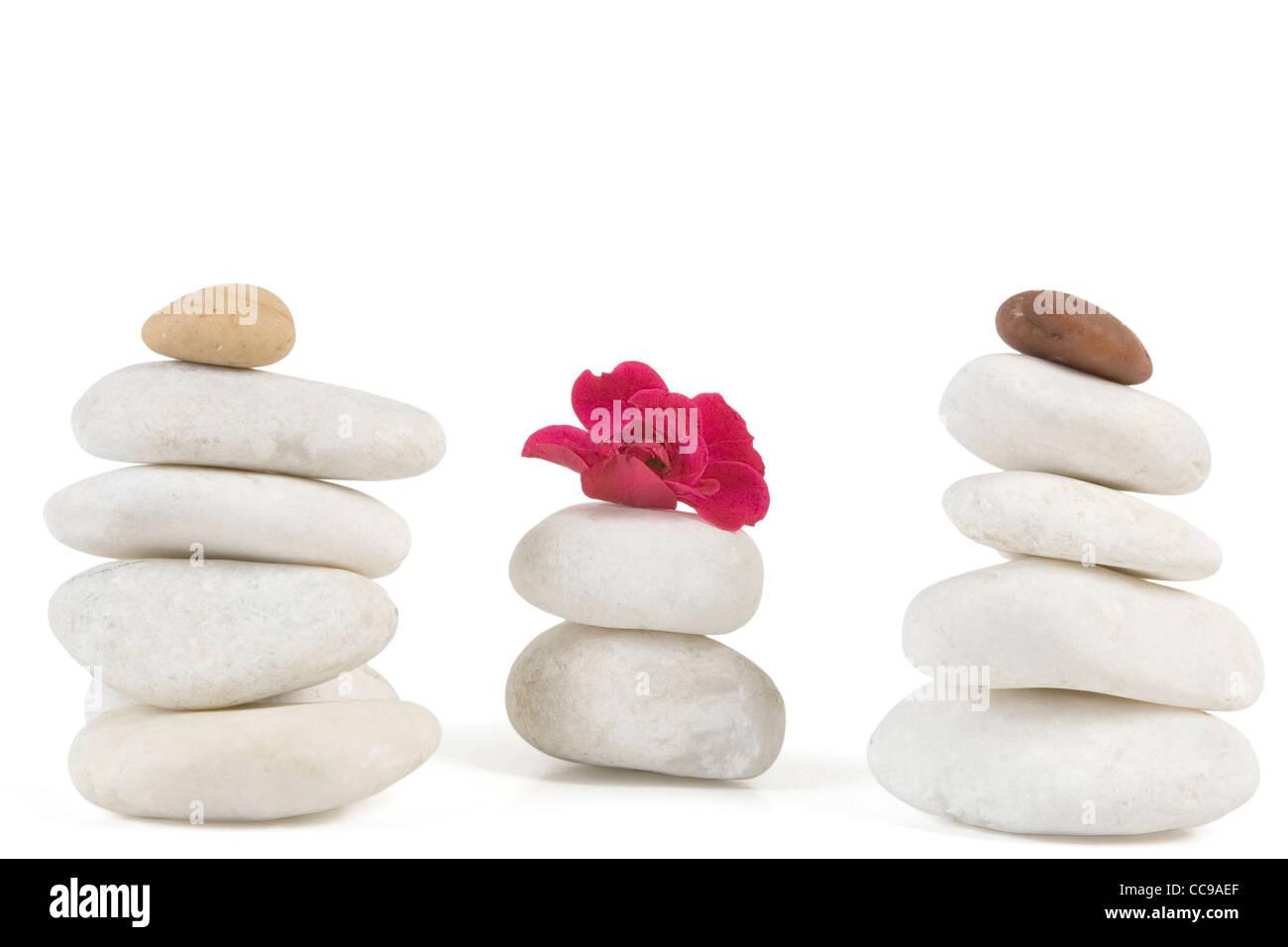 Zen Steinen mit roten Blumen auf weiß Stockbild