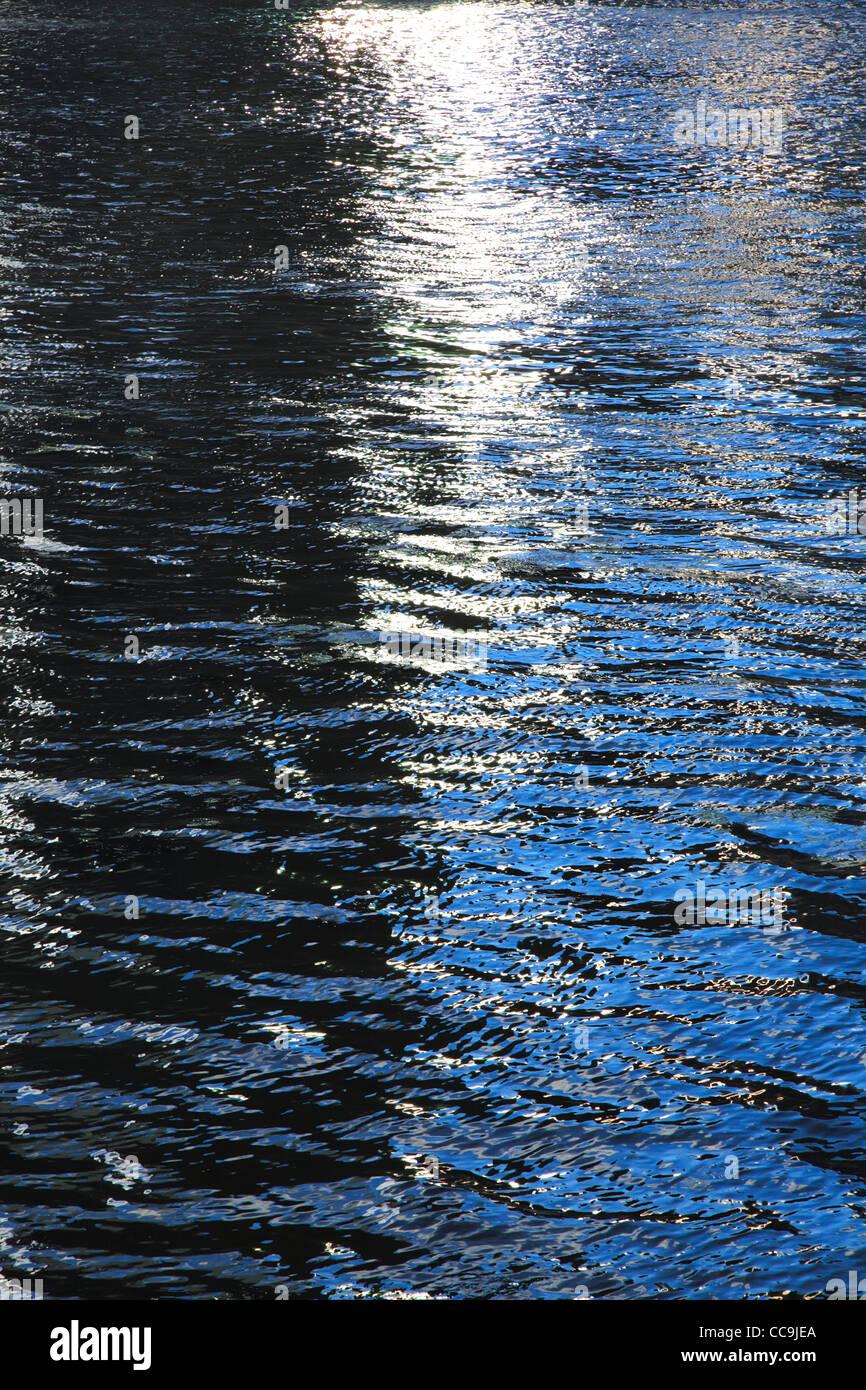 Abend-Wasser-Oberfläche. Vertikale Zusammensetzung. Stockbild