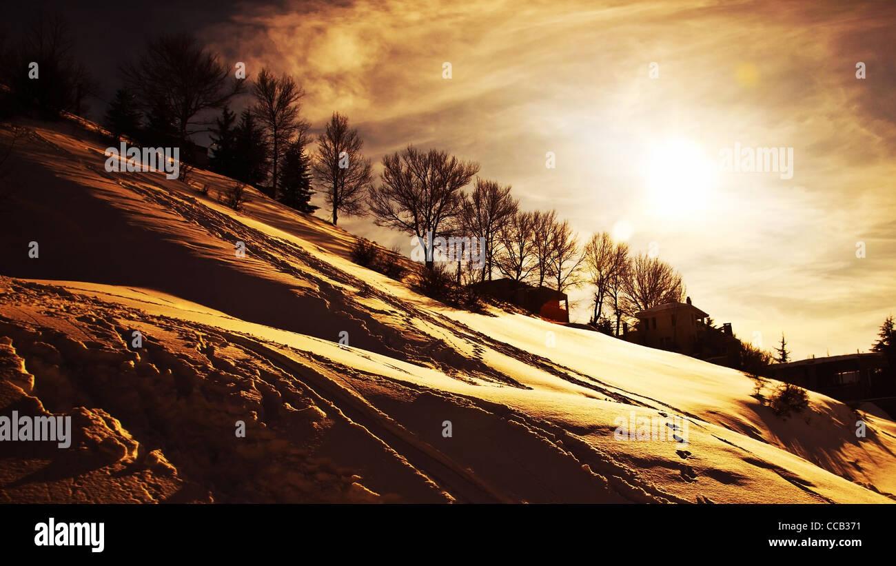 Winterberge Sonnenuntergang, schöne Landschaft, Dorf, bedeckt mit Schnee, Kälte Winter Saisonalität, Stockbild
