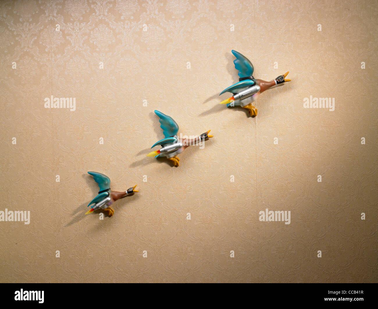 eine Linie der Rakete angetrieben Enten an der Wand Stockfoto