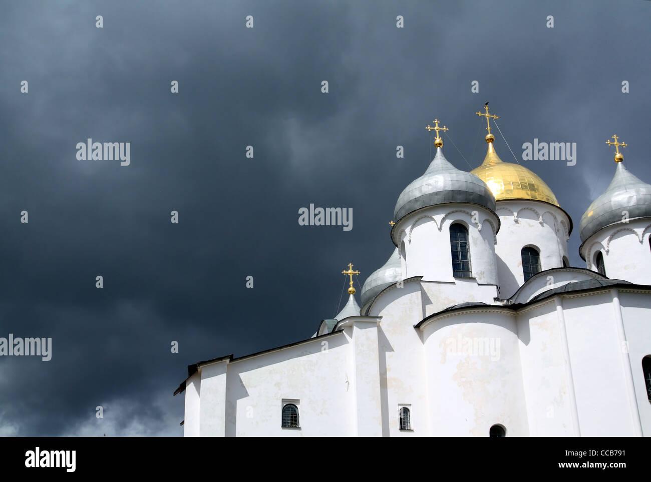christliche orthodoxe Kirche auf wolkigen Hintergrund Stockbild