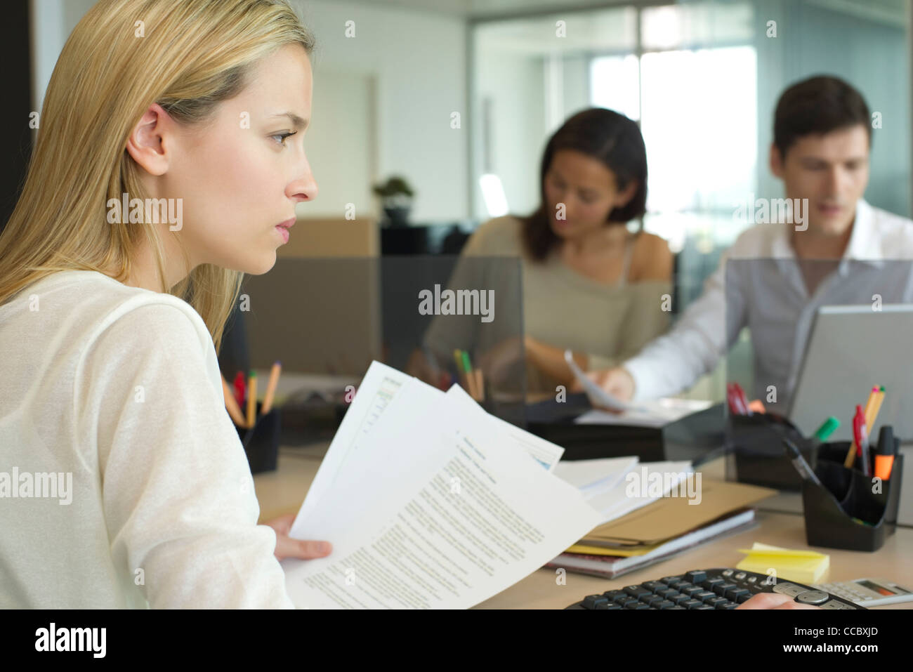 Frau im Büro arbeiten Stockbild
