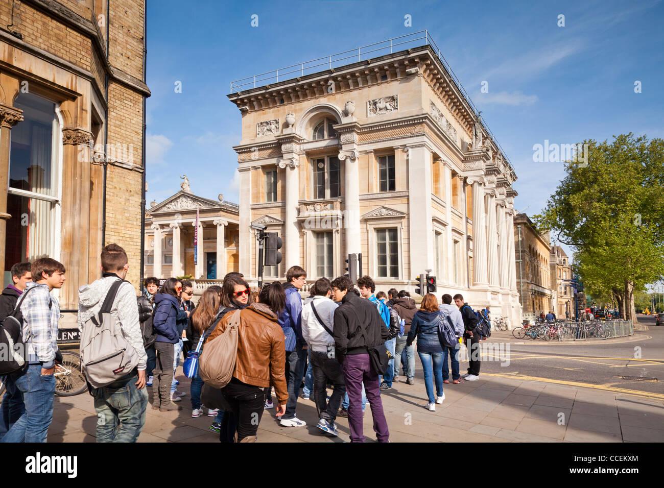 Eine Gruppe von Jugendlichen außerhalb des Ashmolean Museums, Beaumont Street, Oxford, England. Stockbild