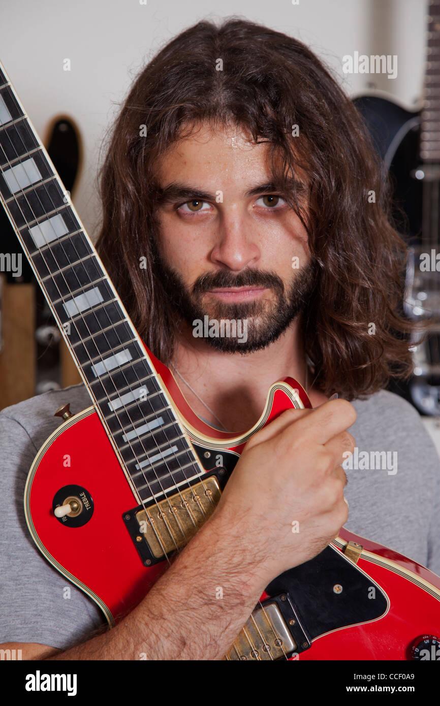 Porträt von Ernst junger Musiker halten Gitarre Stockbild