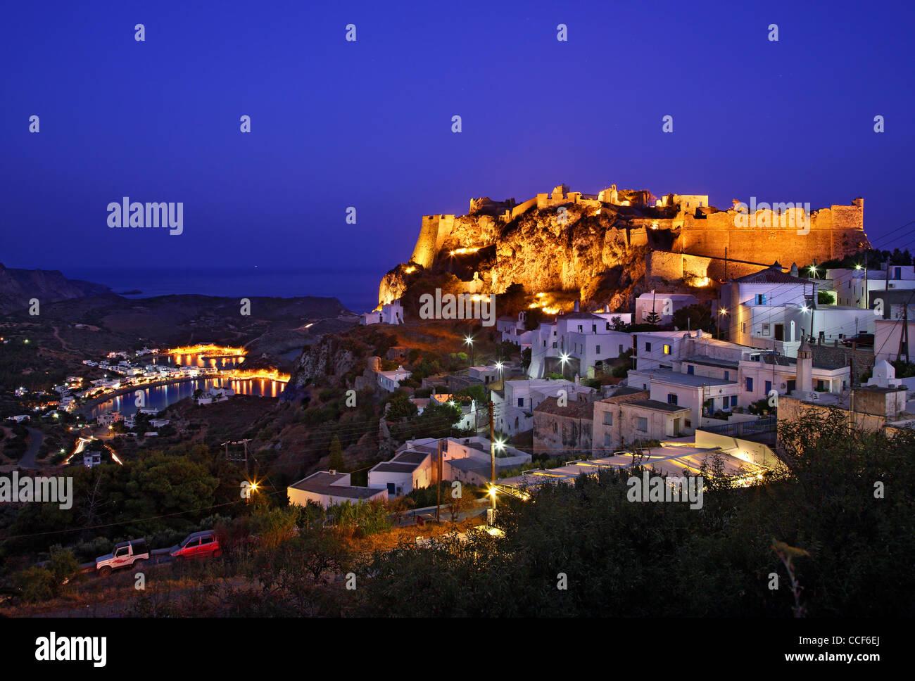 """Die Chora (""""Hauptstadt"""") Insel Cythera (oder """"Kythira"""") auf der linken und Kapsali Dorf im Hintergrund, Stockbild"""