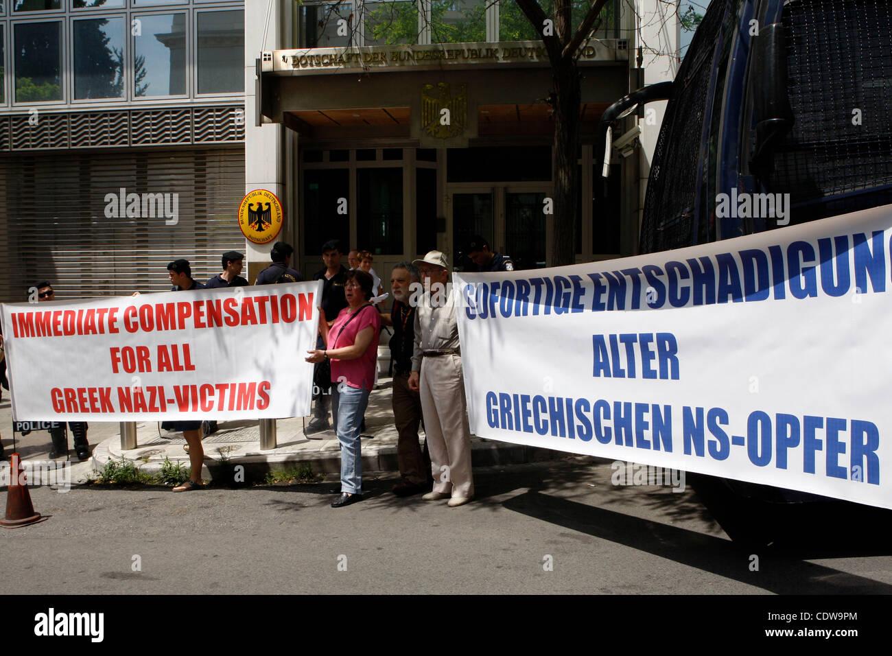 6. Juni 2011 protestieren - Athen, Griechenland - deutsche und griechische Bürger vor der deutschen Botschaft Stockbild