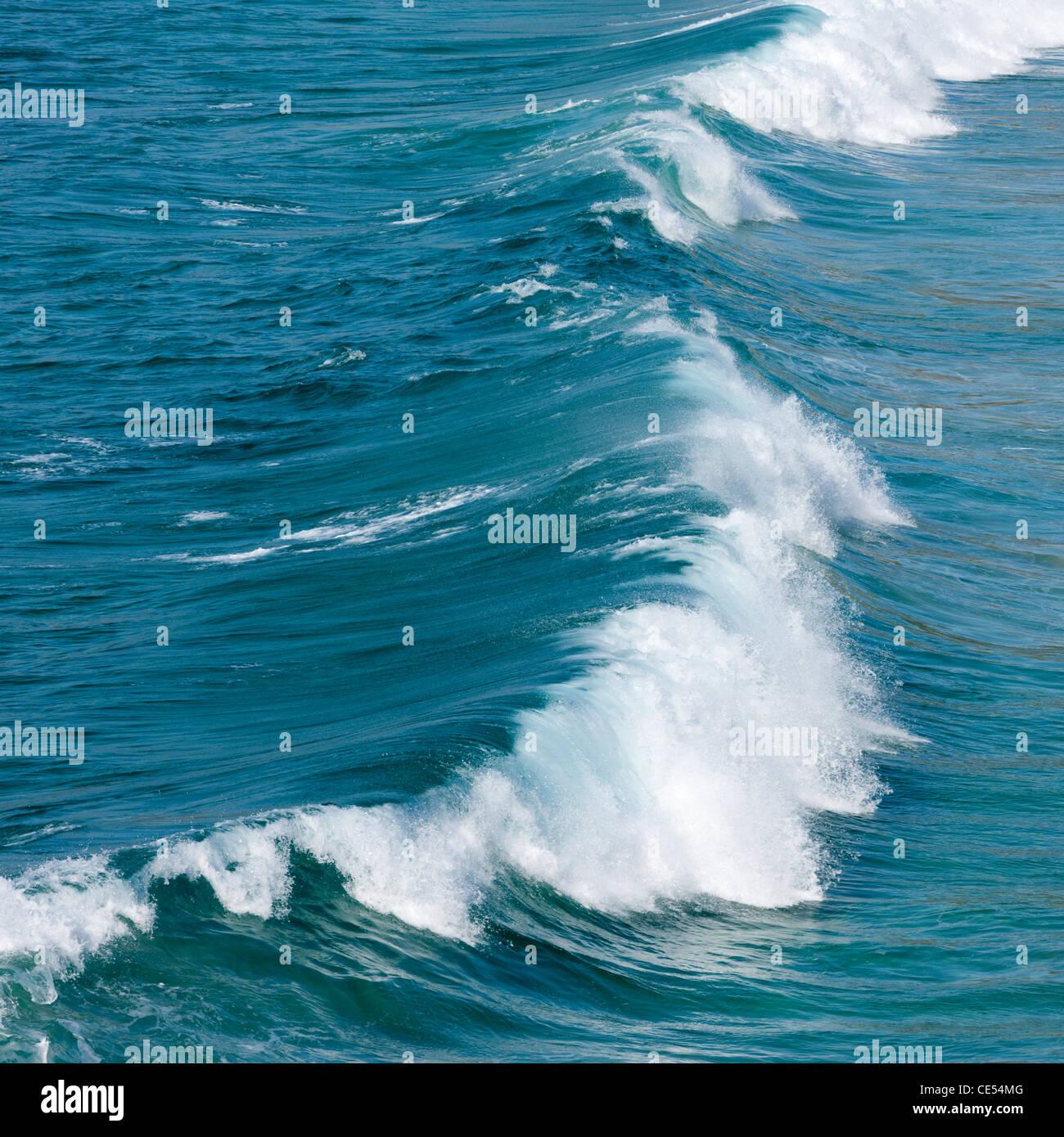 Brechende Welle Atlantik vor der Küste von West Cornwall Stockbild