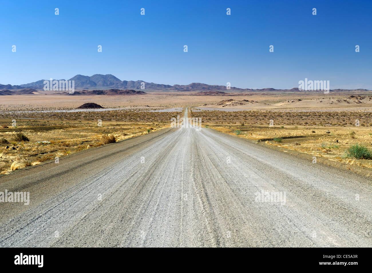 Kiesweg in der Karas-Region des südlichen Namibia. Stockbild