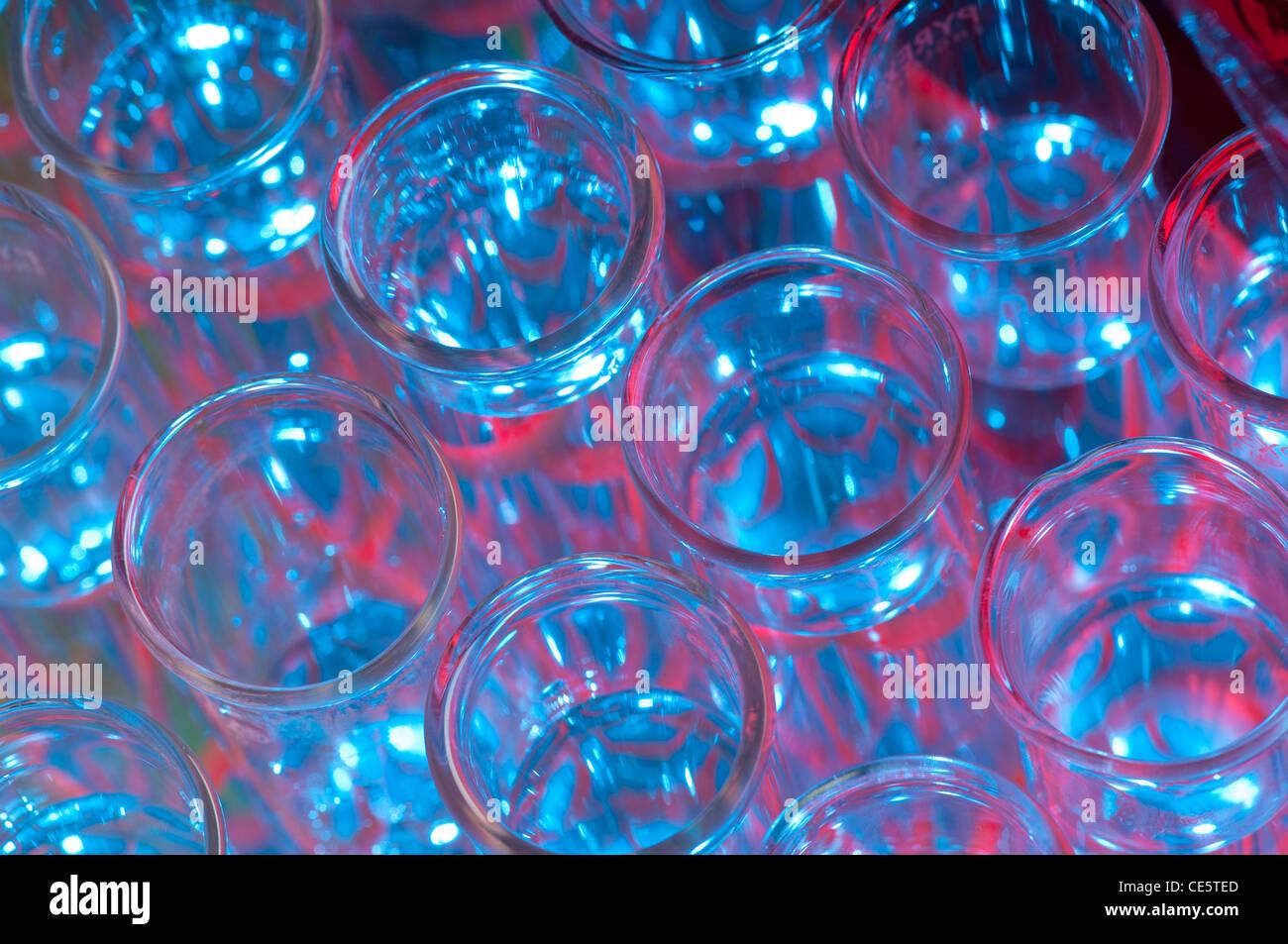 Rack-Reagenzgläser mit einer Flüssigkeit mit rot, blau und grün beleuchtet Stockbild