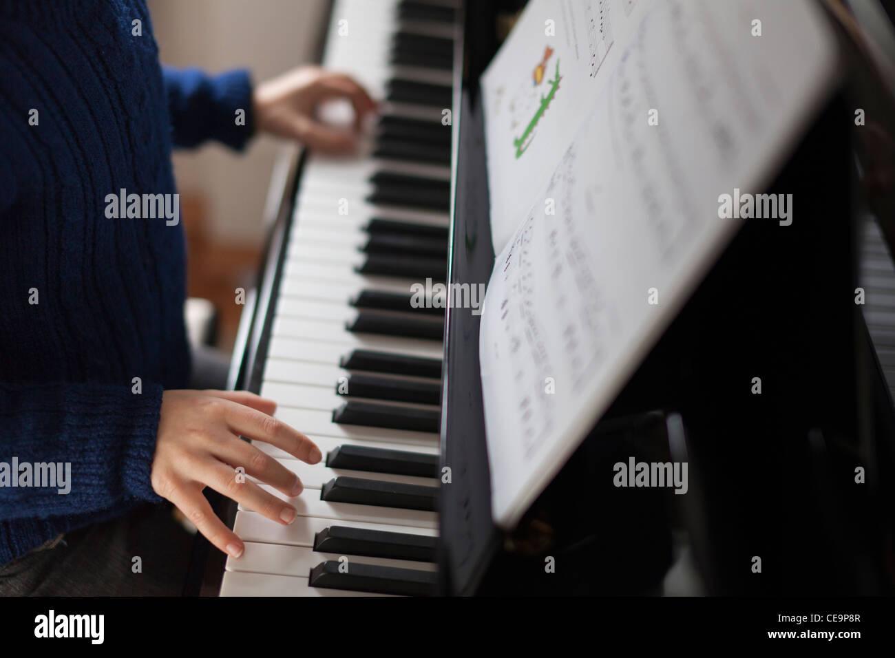Junge spielt Klavier-Close-up Stockbild