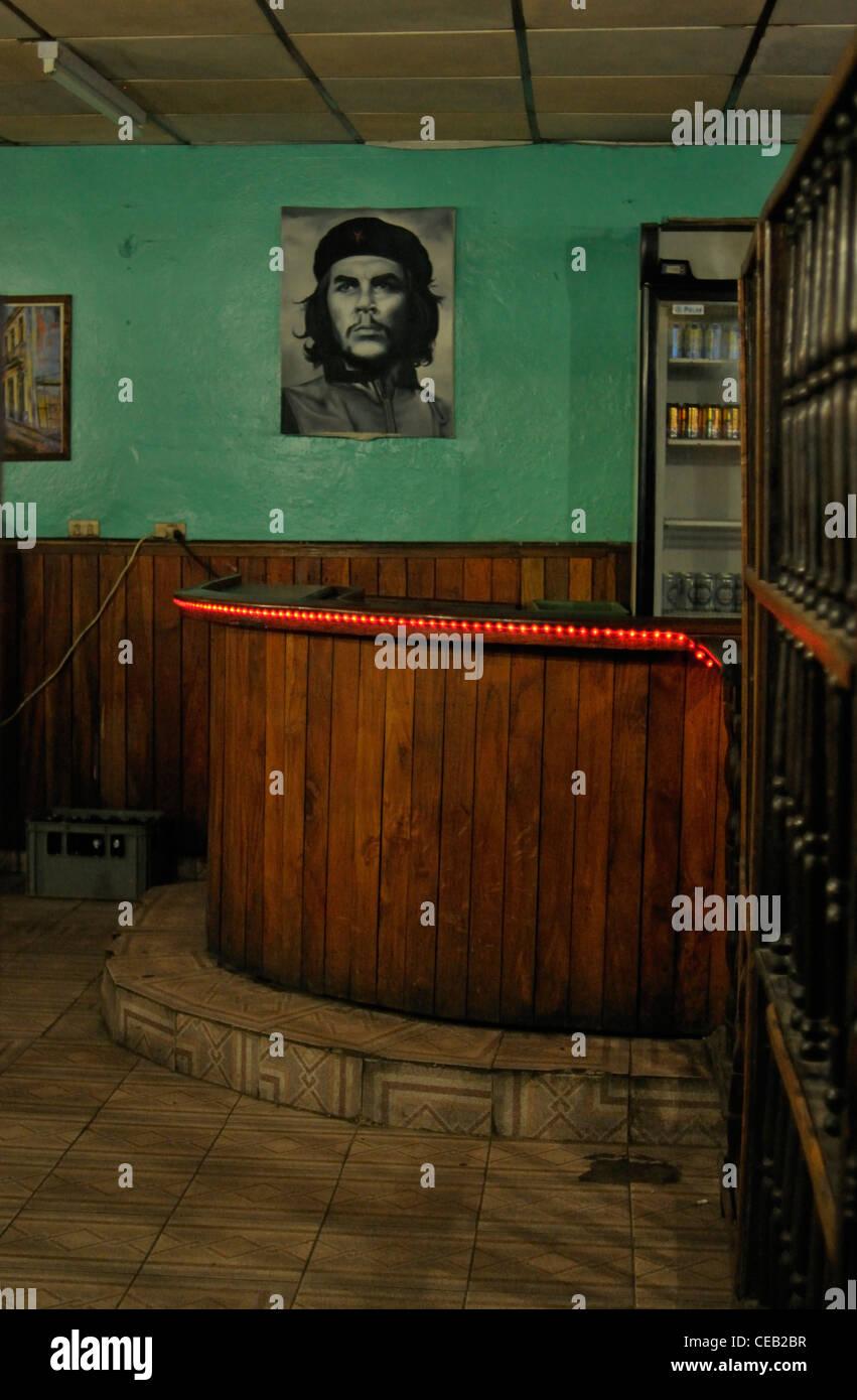 Che Guevara ikonische Bild in einer alten Bar in Stadt Havanna, Kuba Stockbild