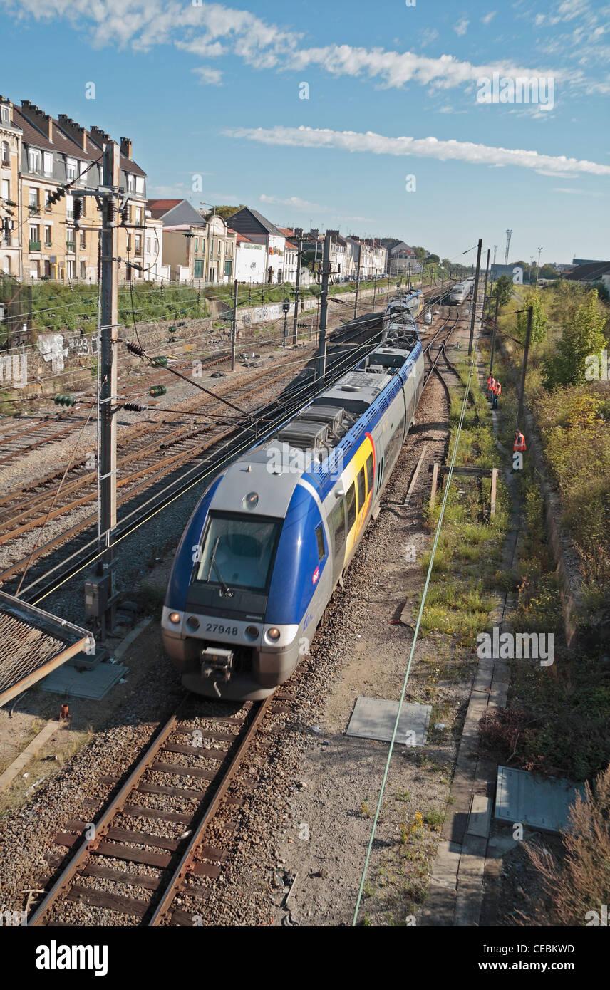 Eine französische SNCF TER Regionalbahn in der Nähe von Reims Raliway Station in Riems, Champagne-Ardenne, Stockbild