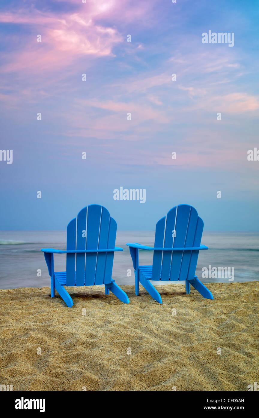 Zwei Adirondack Stühle am Strand. Hawaii, Big Island Stockbild