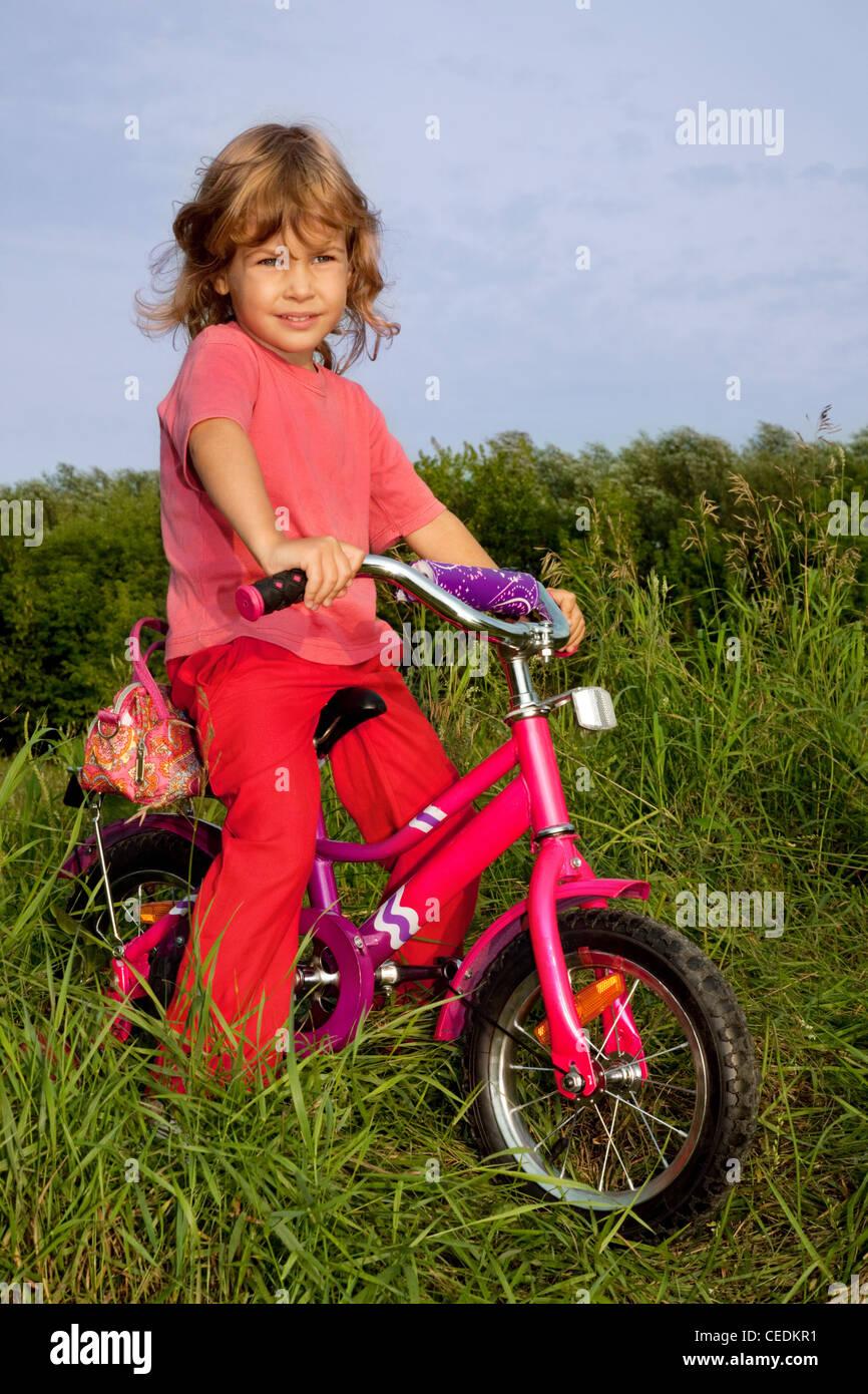 lockiges Mädchen Biker liegt im Bereich Stockbild