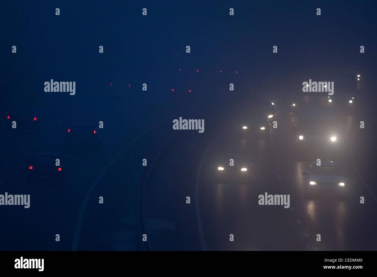 Autos im Nebel unterwegs in England in der Nacht Stockbild