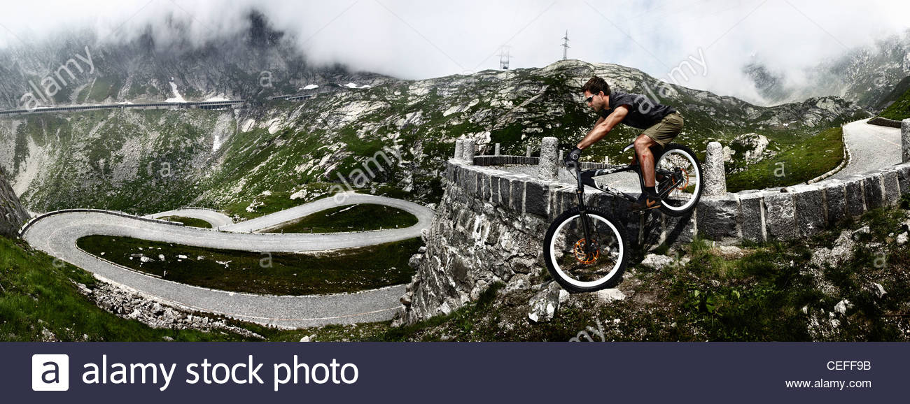 Mountainbiker am Gotthard-Pass Stockbild