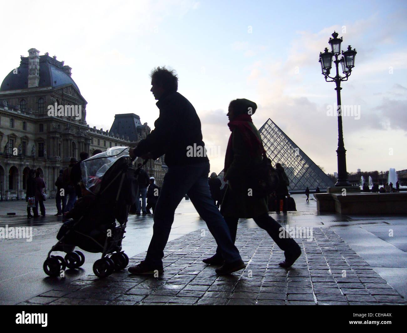 Silhouetten an einem regnerischen Tag in Place du Carrousel du Louvre, Paris, Frankreich Stockfoto