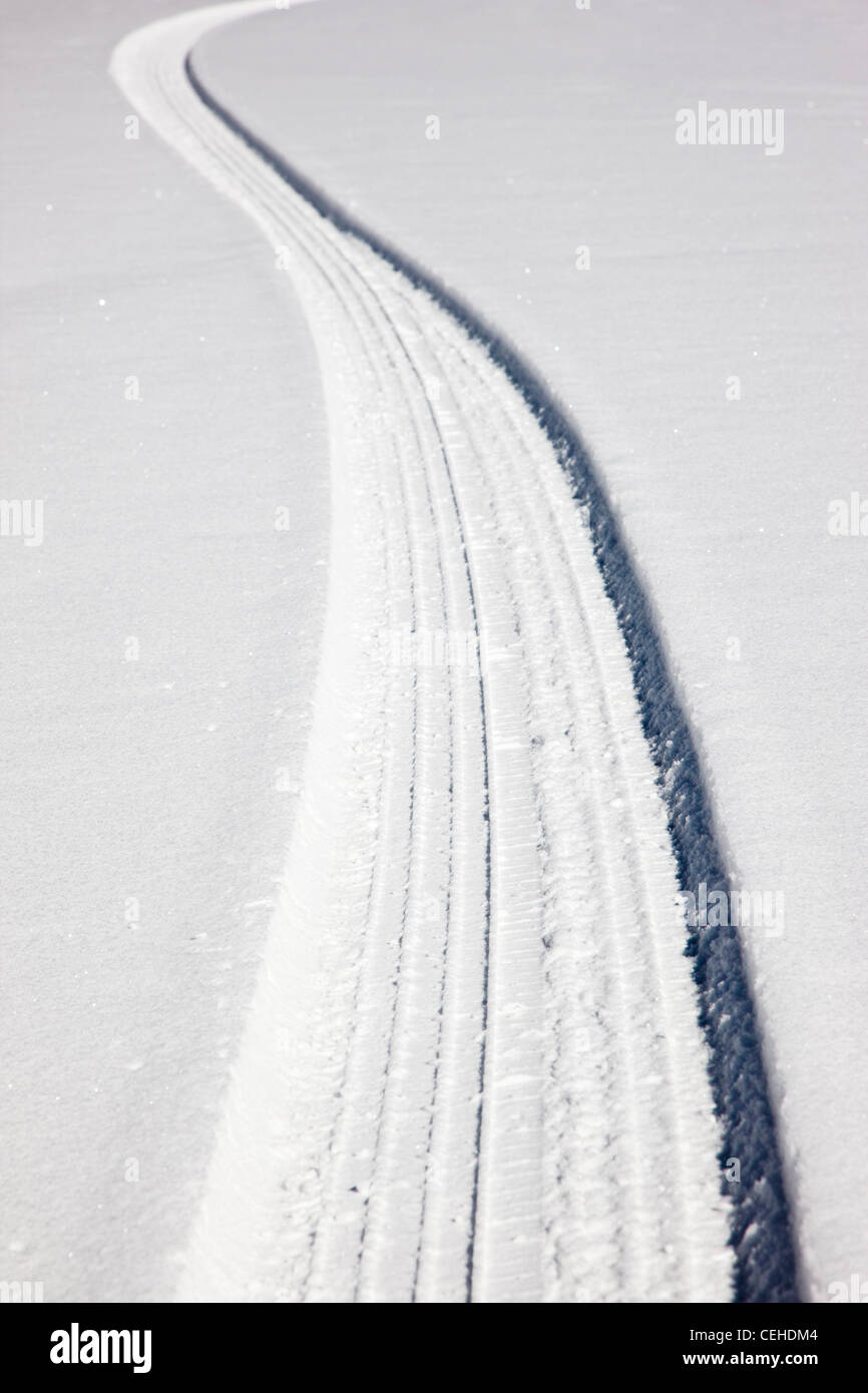 Frische Reifenspuren auf dem Schnee bedeckt Bergstraße in der Nähe von Monarch Pass, Chaffee County, Colorado, Stockbild