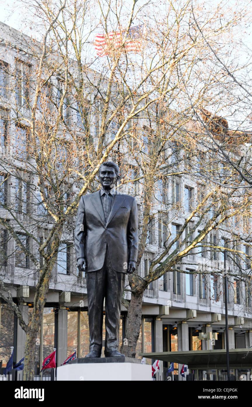 Ronald Reagan in voller Länge Bronzestatue und Sockel an der amerikanischen Botschaft in London England Großbritannien Stockbild