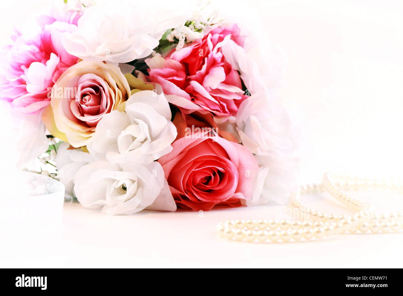 Brautstrauß mit Perlenkette Stockbild