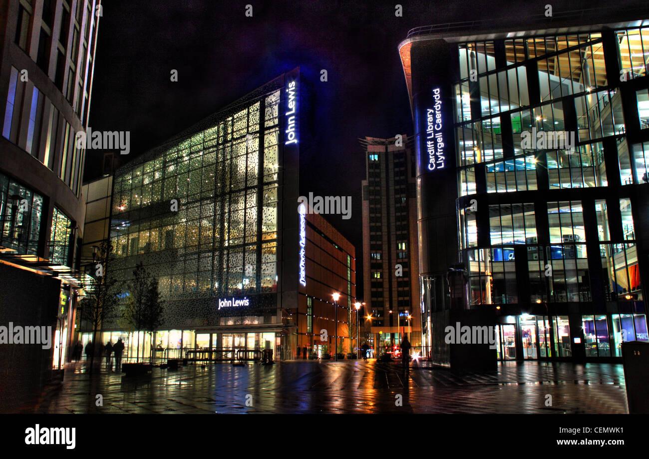 Laden Sie dieses Alamy Stockfoto Cardiff John Lewis The Hayes Einkaufszentrum und Bibliothek bei Nacht, Wales, UK - CEMWK1