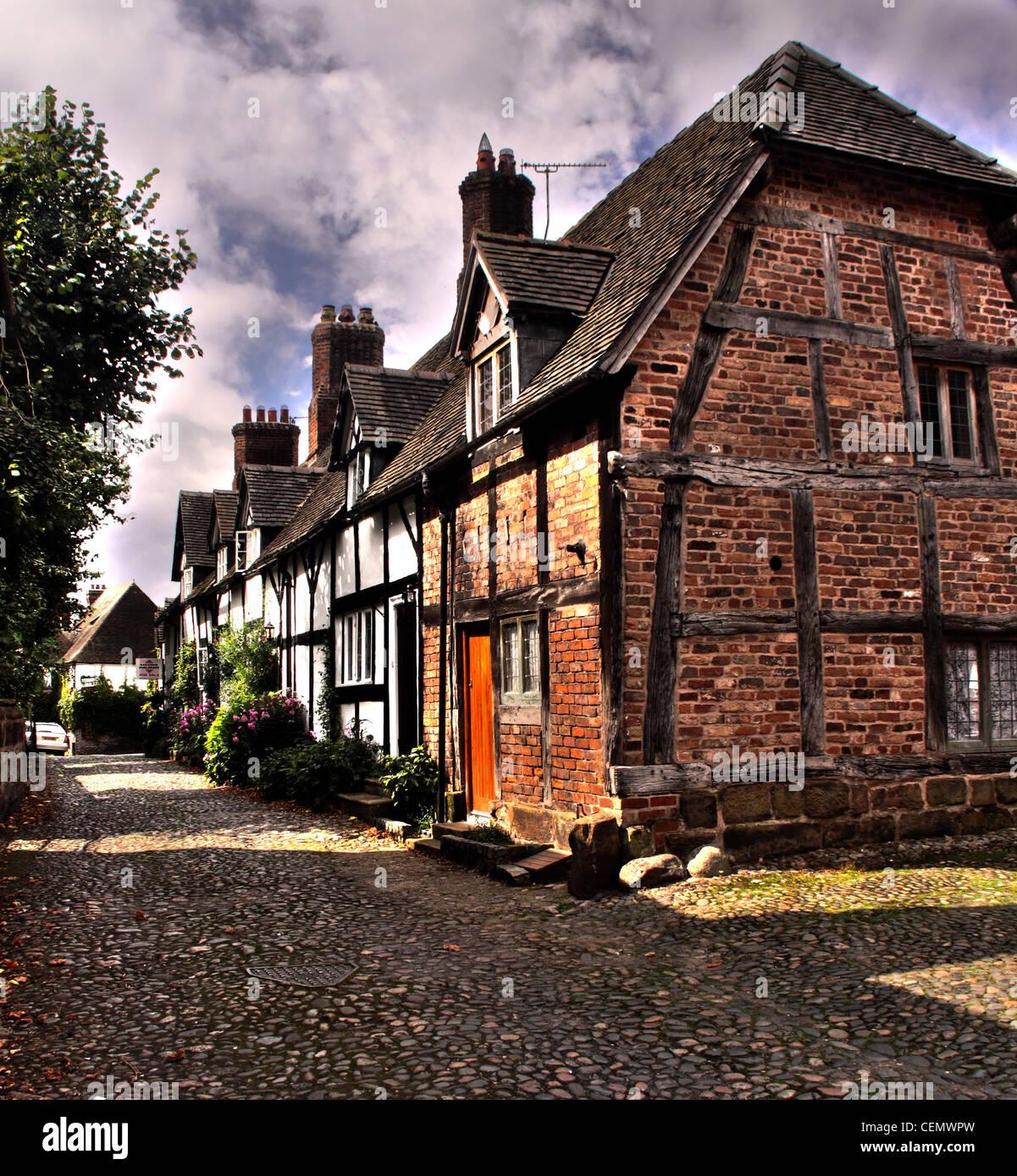 Laden Sie dieses Alamy Stockfoto Ländlichen Fachwerk Hütten auf der Schmiede Lane, Great Budworth Dorf, Dörfer, Cheshire, England, UK. - CEMWPW