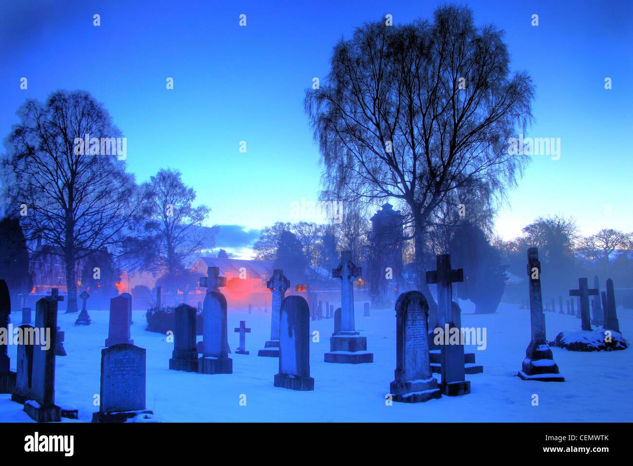 Laden Sie dieses Alamy Stockfoto Dalkeith Friedhof Dämmerung, Midlothian, Edinburgh, Schottland, UK A Blue, Eis, eisigen, kalten Winternacht mit niedrigen Temperaturen. - CEMWTK
