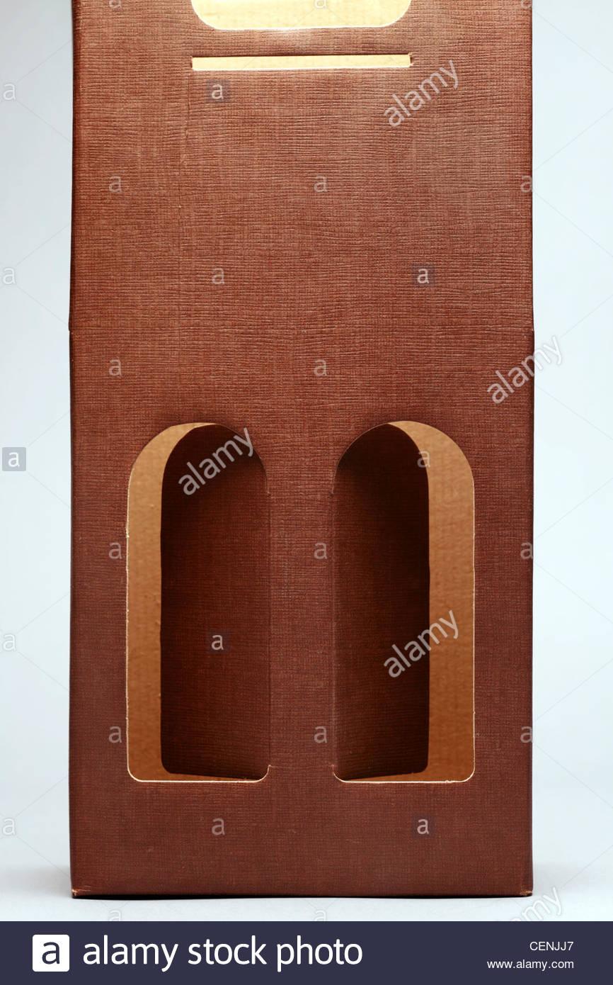 Karton Verpackung für Weinflaschen tragen Stockbild
