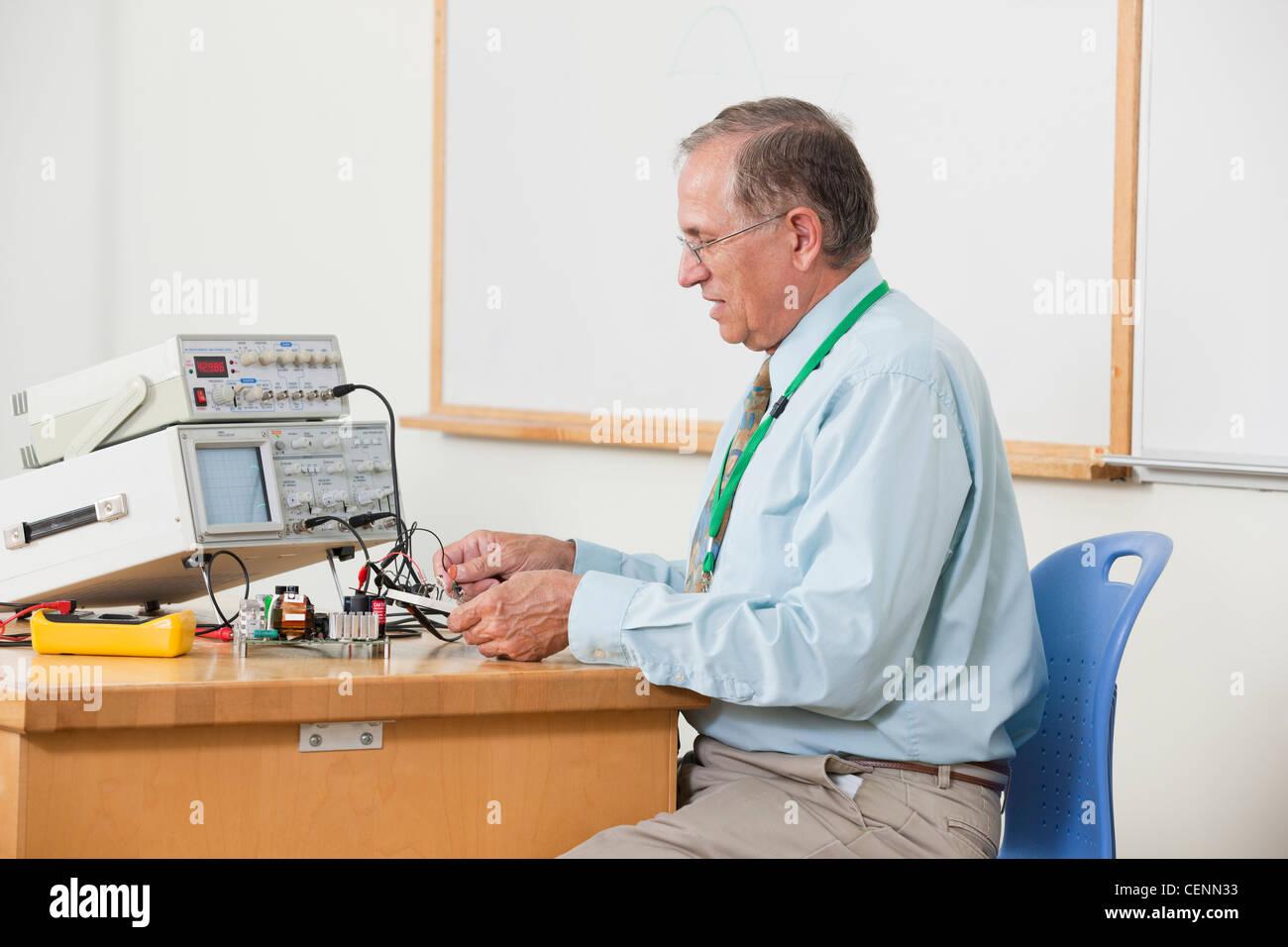 Professor Oszilloskop Kabelverbindungen in Elektronik-Klasse Stockbild