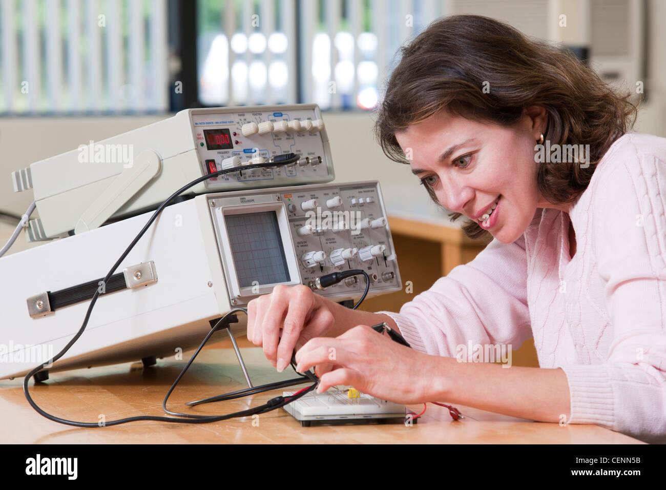Ingenieurstudent Anschlussarbeiten auf Schaltung Steckbrett für Labor experimentieren Stockbild