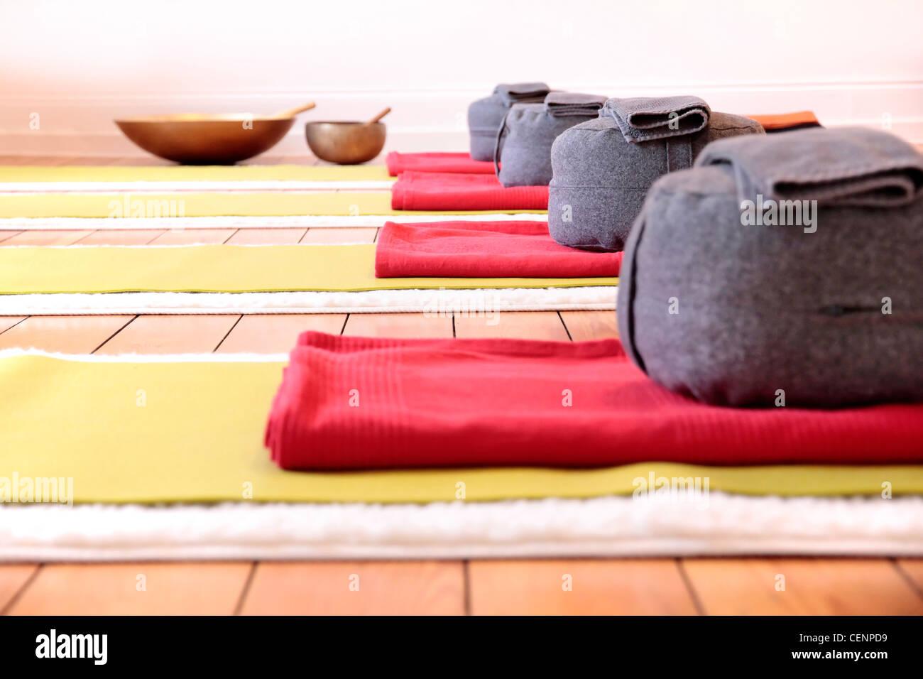 Nahaufnahme von Yoga-Matten und Kissen Yoga im Yoga-studio Stockbild