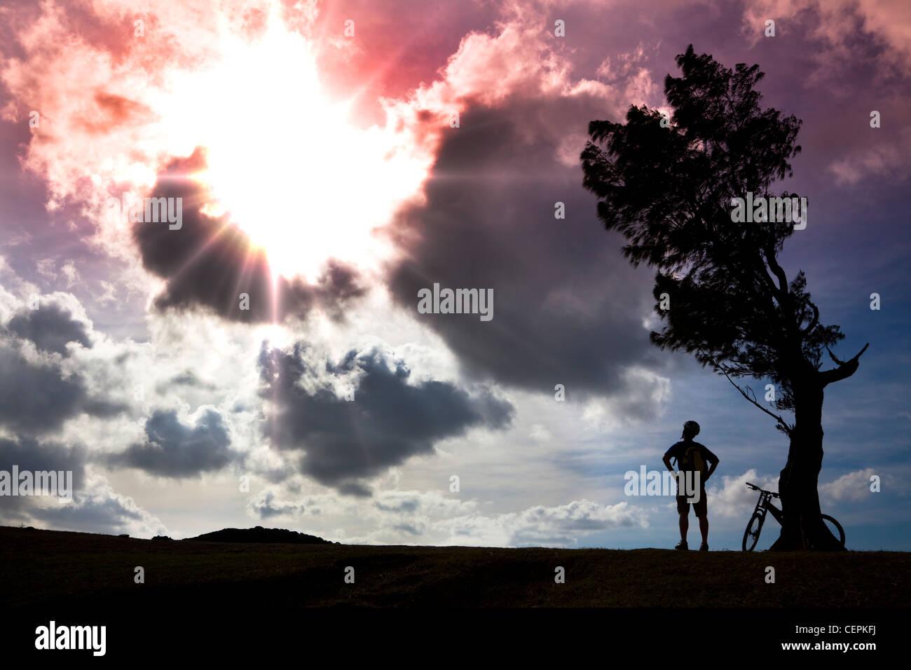 Radfahrer auf dem Hügel, die Beobachtung der Sonne stehen und entspannen Stockbild