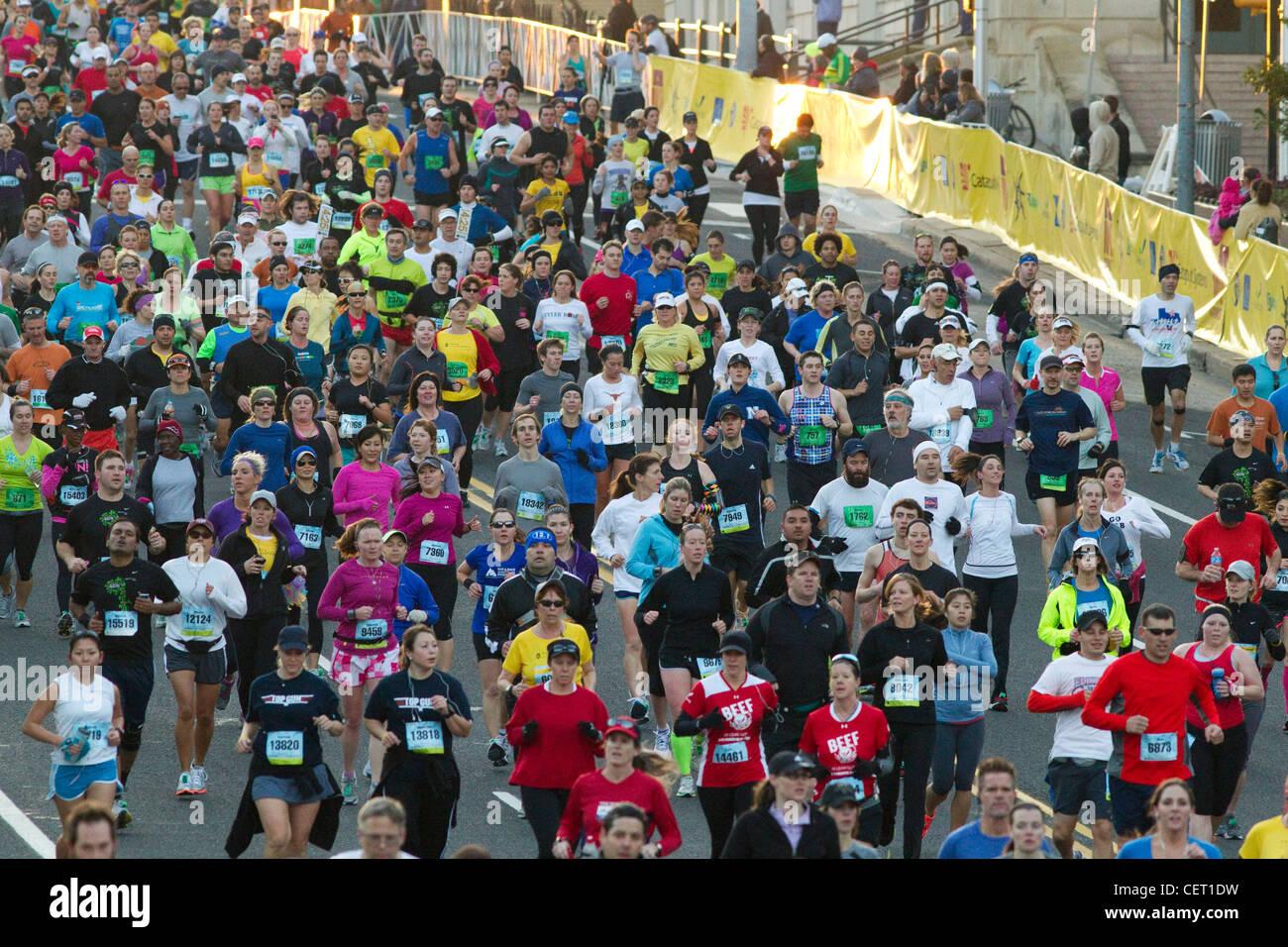 Mehr als 18.000 Läufer schlug die Straßen der Innenstadt von Austin Texas beim Marathonlauf Stockbild