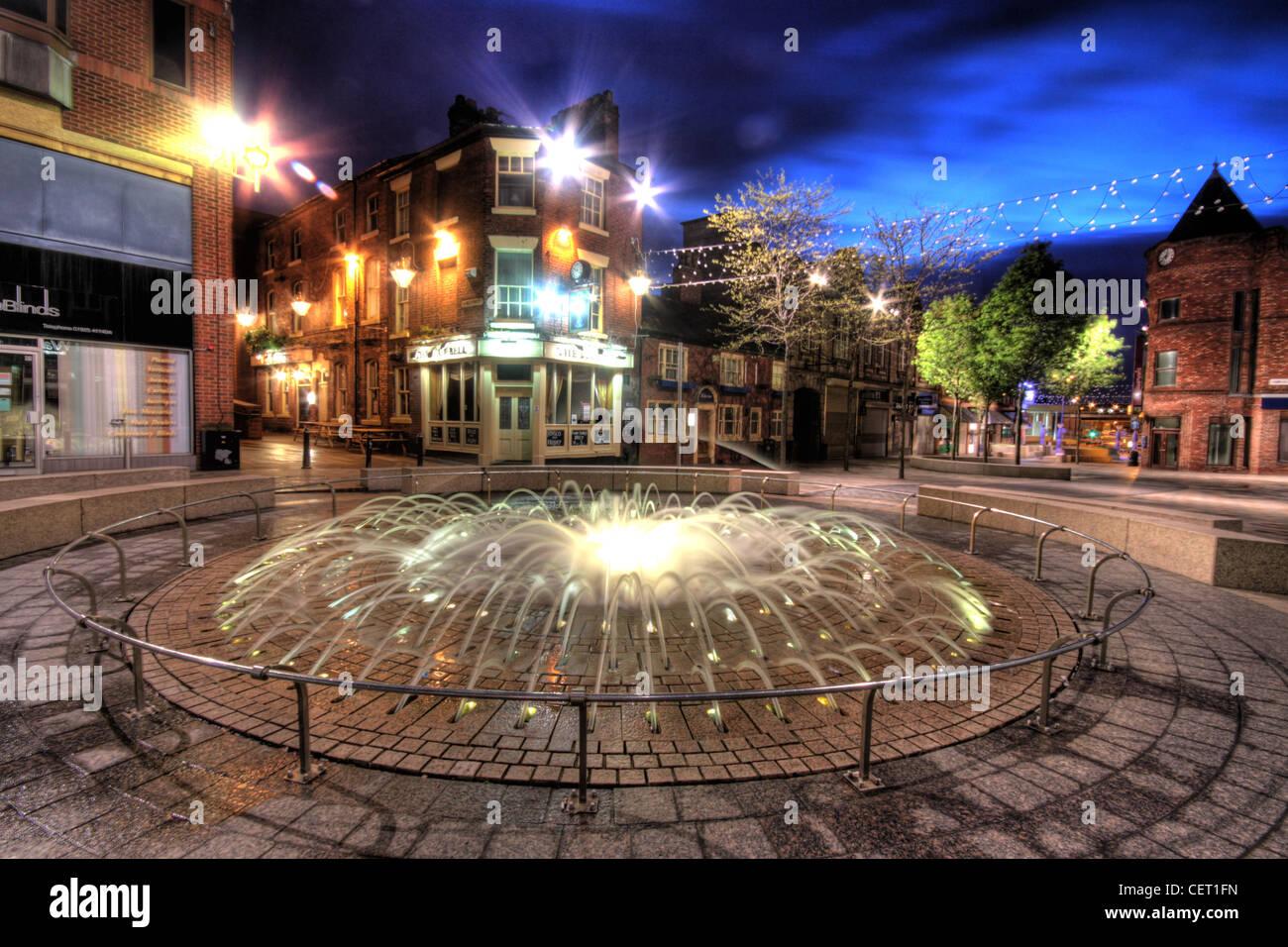 Laden Sie dieses Alamy Stockfoto Brücke St / Hutmacher Zeile Brunnen gegenüber dem Blue Bell Pub, Horse Market Street, Warrington bei Dämmerung, Cheshire, England WA1 1TS - CET1FN