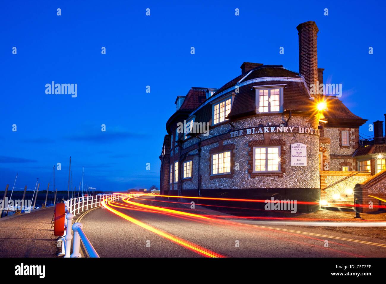 Lichtspuren von Autos Blakeney Hotel an der Küste von Norfolk in der Abenddämmerung. Stockbild