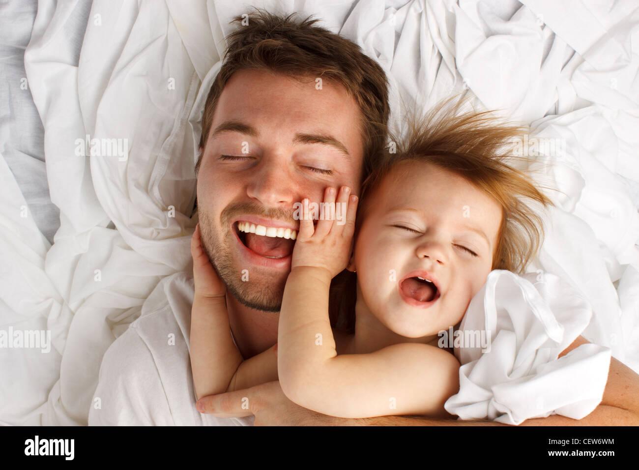 Vater und Tochter lacht und kleben Stockfoto