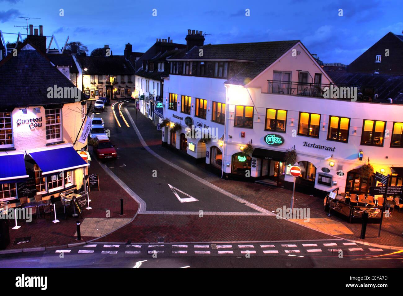 Laden Sie dieses Alamy Stockfoto Poole Quay, Dorset in der Abenddämmerung, Poole, Dorset BH15 1AB zeigen Corkers Bar und High Street - CEYA7D