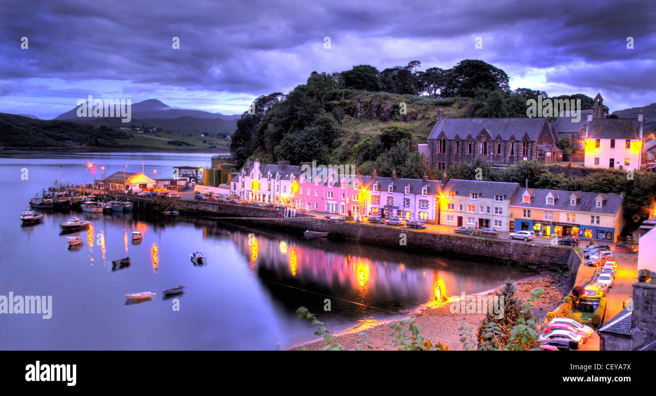 Laden Sie dieses Alamy Stockfoto Hafen von Portree, Isle Of Skye in der Abenddämmerung. Lichter der Häuser und Boote spiegelt sich in dem schönen Fischerhafen Boot - CEYA7X