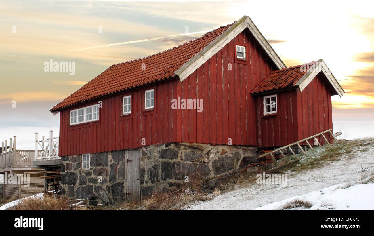 Alte traditionelle hölzerne tiefrot (Falu) malte Ferienhaus in Bohuslan an der schwedischen Westküste. Stockbild