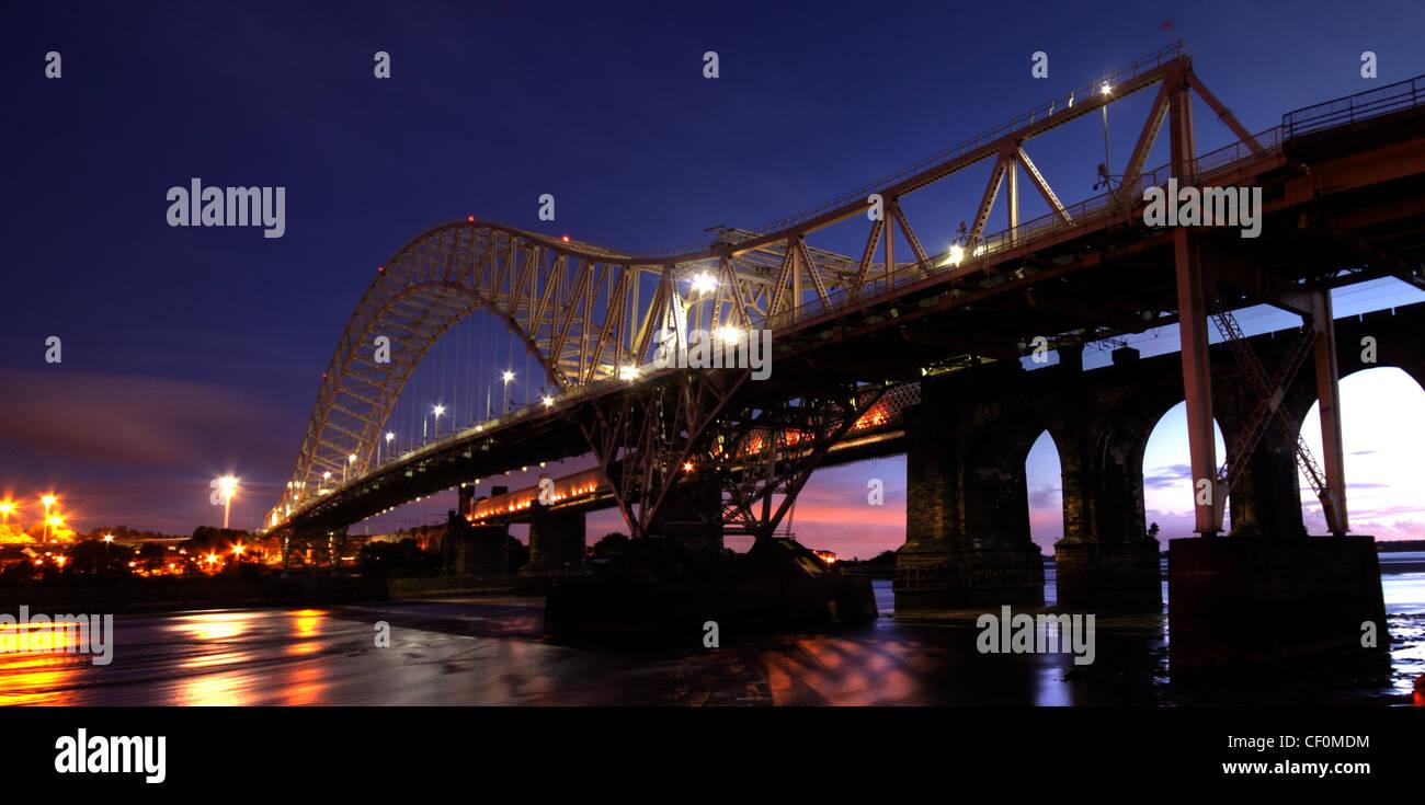 Laden Sie dieses Alamy Stockfoto Runcorn Passagier Straßenbrücke in der Nacht. Abenddämmerung Bild von der Seite Widnes, südlich des Flusses Mersey auf dem Weg nach Liverpool - CF0MDM